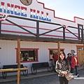 美國Day4上午(71)沙漠中唯此一家餐廳似的~~@@~.jpg