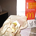 美國Day4下午(80)剛剛多買的麥當勞牛肉捲~~好吃!!怎麼覺得比台灣麥當勞好吃啊!!XD~.jpg