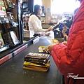 美國Day6(12)前面那位媽媽買了好多巧克力要回台灣送人~~他說他終於抓到機會買禮物了@@~~.jpg