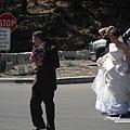 美國Day6(20)剛巧碰到一對新人來拍婚紗照,他們照完要直接去裡面的教堂結婚唷!!幸福!!.jpg