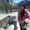 美國Day6(32)跟仿優勝美地造景的石雕合照,但是我已經凍僵了@@!!.jpg