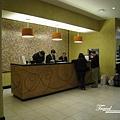 美國Day6下午(54)櫃檯區,導遊跟領隊在幫大家喬房間~~因為滿了~~最後飯店讓我們升級住比較好的房間!!.jpg