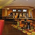 美國Day6下午(62)飯店大廳全景~也有喝酒吧台唷!這間飯店真的不錯!!可以點選右上方的原始圖放大看清楚~