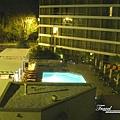 美國Day6下午(71)晚上從房間看下去的游泳池~.jpg