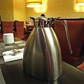 美國Day7上午(08)忘了這是果汁還是咖啡~~就這樣放一壺在我們桌上~無限供應!.jpg
