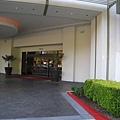 美國Day7上午(21)白天的飯店前門.jpg