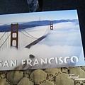 美國Day8上午2(02)運端上舊金山金門大橋明信片~象徵常常起霧的實況~~.jpg