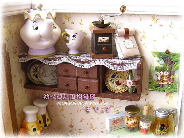 袖珍餐廳(田園蜜語改造)10-櫥櫃~有茶壺太太與孩子~~XD~