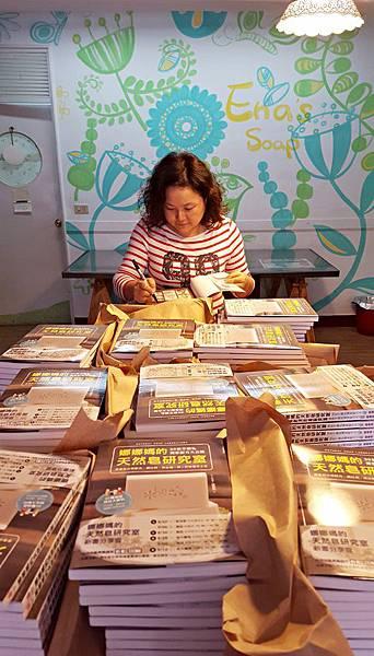 優C~~~書大軍到貨~準備簽名後寄給香港及馬來西亞的粉粉們~