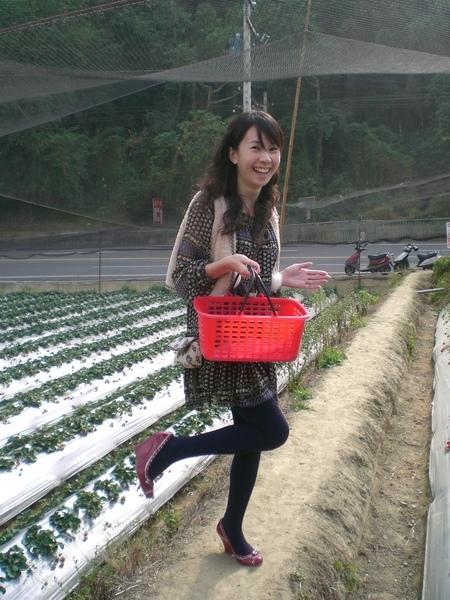 小文採草莓.jpg