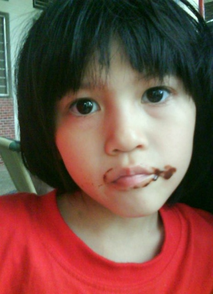 滿嘴巧克力的小鈺.JPG