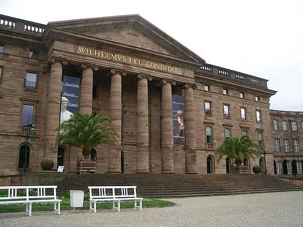 裡面是一個畫作以及希臘神像的博物館
