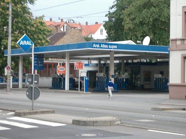 終於看到加油站