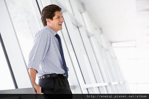 businessman-standing-in-corridor-laughing_StXeLXpCHj.jpg