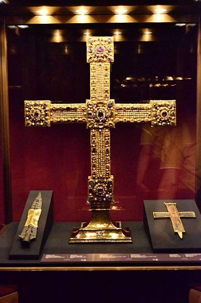 Kaiserliche Schatzkammer-Wien Holy Lance 1.jpg