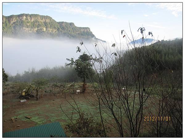 雲海(在觀景涼亭拍攝),下方空地為營區,綠色鐵皮是廁所及浴室