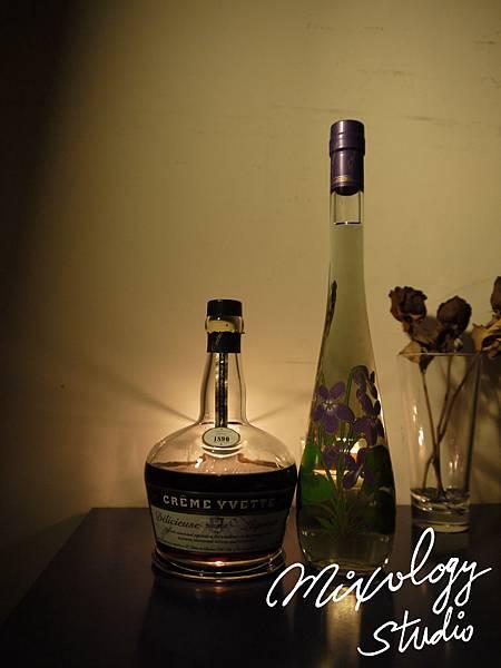 P.25-017 米洛紫羅蘭香甜酒(圖右)