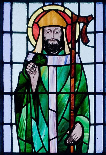 Kilbennan_St._Benin's_Church_Window_St._Patrick_Detail_2010_09_16.jpg