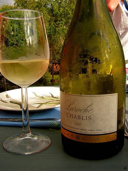 Chablis_bottle_and_wine.jpg