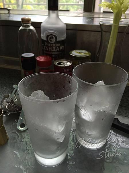Bar29-02 調酒杯放入冰塊.JPG