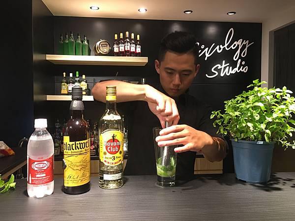 MO06-以MU02搗棒壓出香氣與果汁.JPG