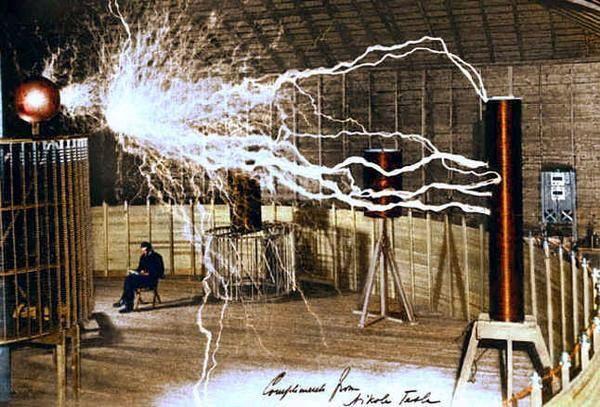 尼古拉.特斯拉在他简陋的人工闪电实验室闪电弧光下阅读资料.jpg