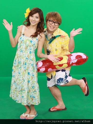 豆花妹(左)換上碎花洋裝,迎接暑假的來臨。(圖/緯來)