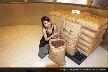 豆花妹捧起原料,一陣自然的香氣馬上撲鼻而來。圖片提供/十六茶.jpg
