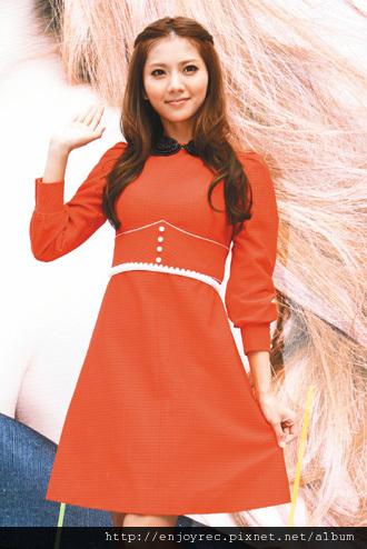 豆花妹身穿紅色公主裝,昨在西門町辦簽唱會。