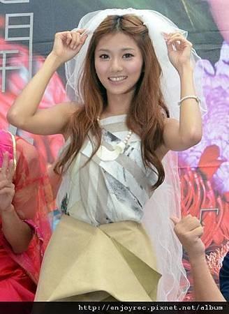 豆花妹在《情豆花開》台北簽唱會上,應歌迷要求將頭紗戴在頭上。