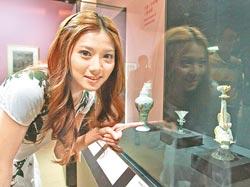 豆花妹看到裝墨水用的「透明玻璃水丞」,直說漂亮,這是清康熙流傳至今兩件有落款的玻璃單品之一。