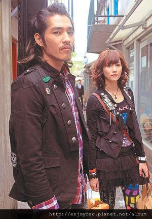 林逸欣(右)加入「粉愛粉愛你」演出,左為藍正龍。 圖/夢田文創提供