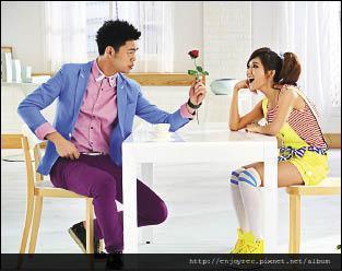 豆花妹(右)與小蝦第一次合作拍廣告,就被逗得樂不可支。