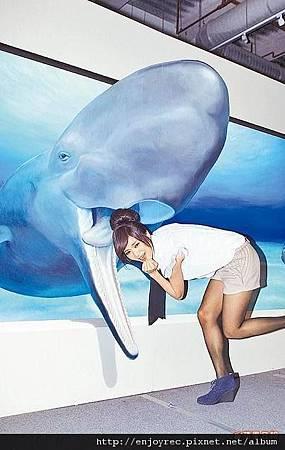 豆花妹把頭放進3D鯨魚畫像嘴中,彷彿真被吞噬。
