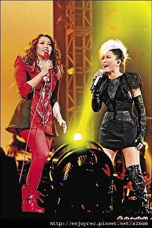 江蕙戴髮片擔任嘉賓,與阿妹尬唱「開門見山」。