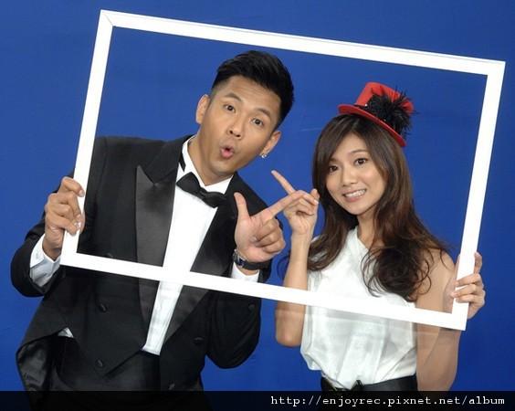 ▲黑人、豆花妹主持華視新節目《十點名人堂》。