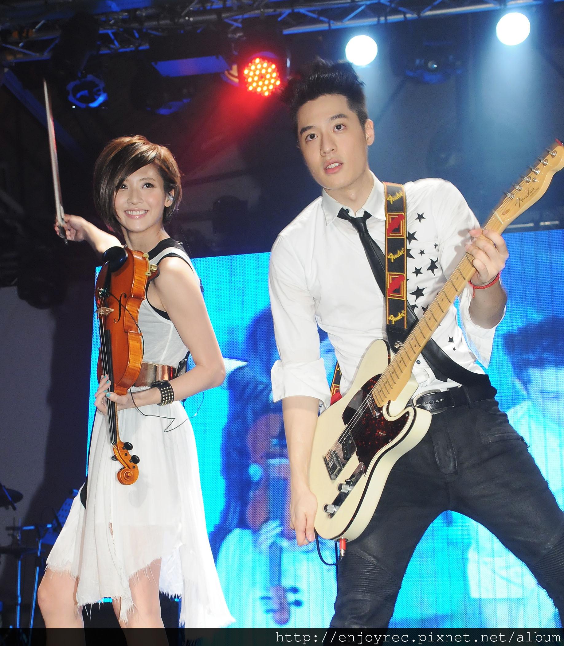 林逸欣用古典小提琴PK周湯豪搖滾電吉他