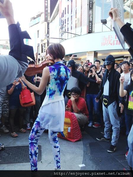 大批歌迷於西門六號出口守候林逸欣