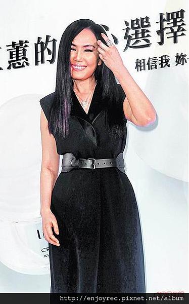 江蕙穿黑色洋裝出席保養品代言活動,身材保養得宜。陳明中攝