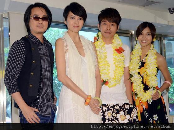 ▲陳建寧(左)認購百張專輯,答謝Gigi。(記者林調遜/攝影)