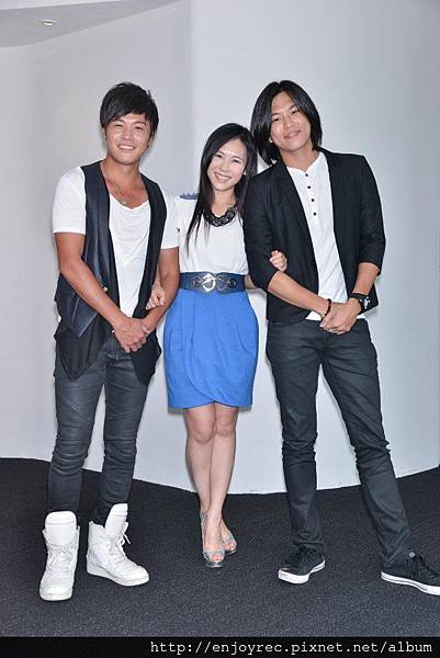 三位由選秀節目出身的黃文星、吳申梅、蕭景鴻合照