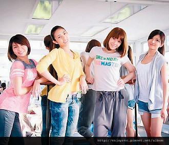 豆花妹(右)為「K哥情人夢」練歌舞。 圖/摘自官方臉書