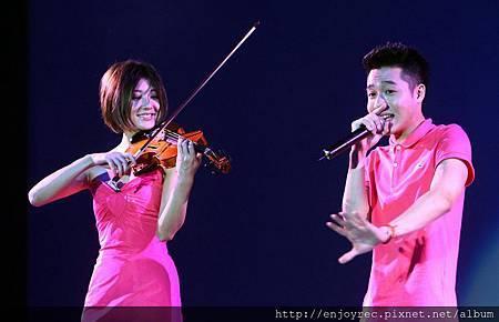 林逸欣與周湯豪兩人默契絕佳,在奇幻音樂會中合唱了「everything's gonna be alright」