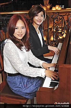 吳申梅(左)與林逸欣都是鋼琴高手,兩人難得合體四手聯彈,互尬琴藝。