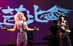 ▲《搖滾芭比》描寫變性搖滾歌手Hedwig(呂寰宇飾)為愛變性卻遭背叛,從報復到原諒的故事。圖為17日該劇彩排片段。(王錦河攝)