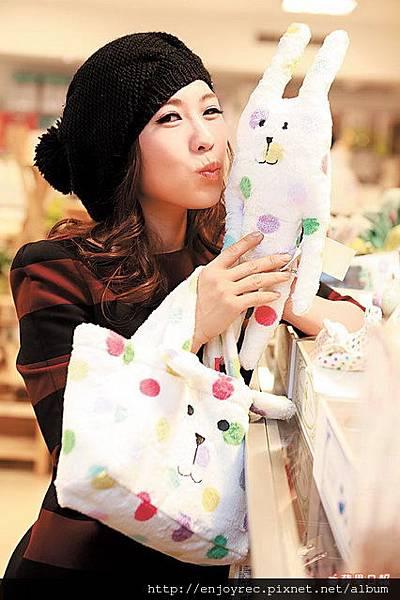 可愛的糖果兔系列商品,讓申梅愛不飾手。