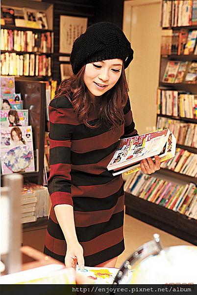 【金石堂】 私底下的她,喜歡到書店看小說,從中獲得靈感和啟發。