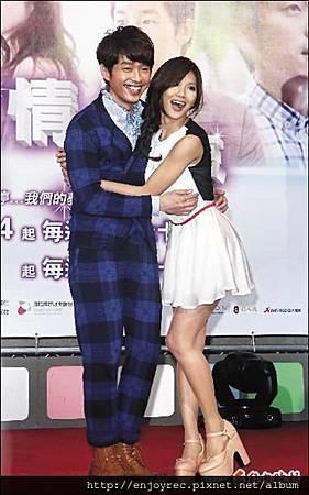 豆花妹形象大突破,與張棟樑在「K歌情人夢」演情侶。