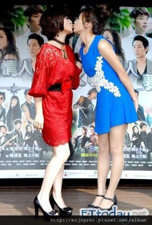 ▲王彩樺(左)和豆花妹上演女女吻。