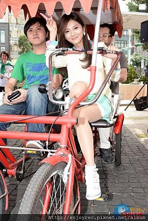 豆花妹為愛盲代言 帶領視障朋友體驗搭車旅遊樂趣